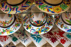 Los diseños singulares de los textiles de la región hoy están en todo, desde sombreros hasta tazas. Foto/ Celia Talbot Tobin.