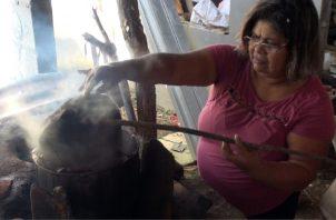 Yanett Mendoza cocina el junco con el chisná.  Foto: Juan Carlos Lamboglia