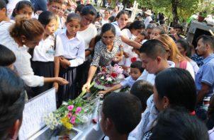 Yenia Nazareth Miranda de 10 años reposa ahora junto a su madre y hermana también asesinadas. Foto: Melquíades Vásquez.