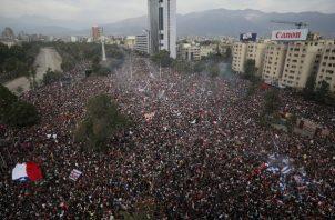 Los manifestantes antigubernamentales llenan Plaza Italia en Santiago, Chile. FOTO/AP