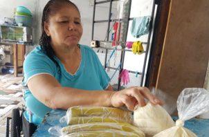Cada día en su silla de ruedas colabora con la búsqueda del sustento familiar. Foto: Thays Domínguez.