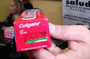 Número de lote y fecha de expiración de la pasta de dientes Colgate Triple Acción falsificada. Foto: Belys Toribio