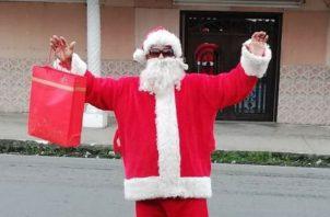 Efraín Pitti acostumbra disfrazarse de Santa en Navidad y llevar alegría a los niños.Foto: Diómedes Sánchez S.