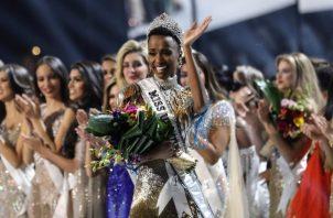 La sudafricana Zozibini Tunzi sucede como ganadora de Miss Universo a la filipina Catriona Gray, que fue la vencedora el año pasado.