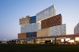 Un impresionante casino y complejo hotelero diseñado por Kohn Pedersen Fox Associates, ubicado en Cotai Strip, el corazón de la industria del juego de Macao.