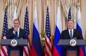El ministro de Asuntos Exteriores de Rusia, Sergey Lavrov, a la izquierda, reacciona mientras escucha mientras el Secretario de Estado Mike Pompeo habla durante la disponibilidad de los medios, después de su reunión en el Departamento de Estado, FOTO/AP