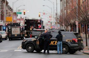 Equipos del escuadrón táctico SWAT, agentes de la policía federal y estatal, acudieron al lugar, y la policía bloqueó la zona que, además de la escuela y el supermercado tiene algunas tiendas y una peluquería. FOTO/AP