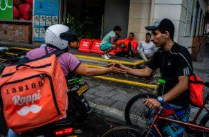Repartidores de Rappi deben comprar sus mochilas y asumir los riesgos del trabajo. Foto/ Federico Rios.