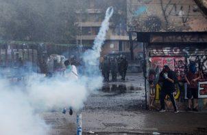 El ministro del Interior, Gonzalo Blumel, informó que los policías involucrados en la represión de las protestas fueron separados de sus funciones mientras dure la investigación de los hechos. FOTO/EFE