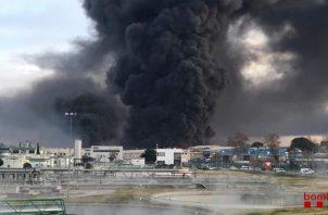 El departamento de bomberos de la región envió unas 30 unidades a apagar el siniestro. FOTO/EFE.