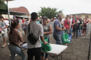 La venta de jamones inicia a la 8 de la mañana. Foto/Víctor Arosemena