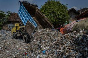 Indonesia importa de Occidente desechos de papel y plástico. Un estudio halló que quemar plástico causa daño. Foto/ Ulet Ifansasti.
