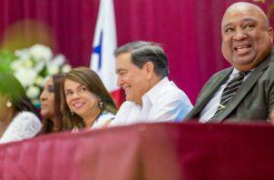 El presidente de la República, Laurentino Cortizo, y la ministra de Educación, Maruja Gorday de Villalobos, participan del acto de graduación.
