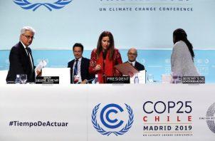 La ministra de Medio Ambiente de Chile y presidenta de la COP25, Carolina Schmidt (c), y el Subsecretario Ejecutivo de la Convención Marco de las Naciones Unidas sobre el Cambio Climático, Ovais Sarmad (i), durante la comparecencia final de la Cumbre del Clima de Madrid (COP25) FOTO/EFE