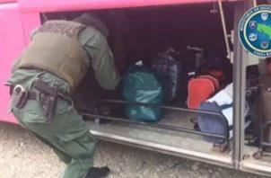 Los agentes procedieron con el decomiso de la pólvora y presentaron a la propietaria de la mercancía ante la Fiscalía de Corredores para las diligencias pertinentes. Foto/Mayra Madrid