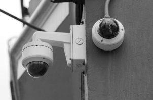 Una de las primeras acciones sería definir las áreas y que no se permita dentro de baños, cambiadores o salones de clases, ya que podría vulnerar la intimidad y privacidad de los estudiantes. Foto: EFE.