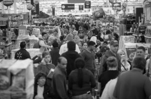Las empresas bajo la figura de la concentración económica podrían evidenciar estrategias de restricción de la oferta de productos con el propósito de crear escasez o incrementar sus precios. Foto: AP.