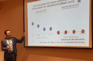 El economista Heriberto Tapia explica el informe sobre desigualdades.  Foto de Francisco Paz
