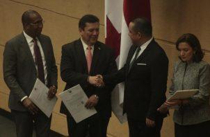 El presidente de la Asamblea Nacional, Marcos Castillero, saluda a Eduardo Ulloa, luego de ser ratificado como procurador general de la nación. Observa Jorge Caraballo. Foto de Víctor Arosemena