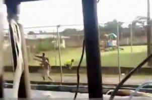 Captura de un video en el que se observa a dos privados de libertad utilizando armas de fuego, durante la reyerta que dejó más de diez muertos en La Joyita.