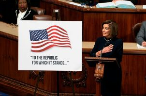 """La presidenta de la Cámara de Representantes, Nancy Pelosi, pidió a los demócratas _que tienen los votos suficientes para que se someta a Trump a juicio_ que acudan a la sesión """"para ejercer uno de los poderes más solemnes que nos otorga la Constitución"""". FOTO/AP"""