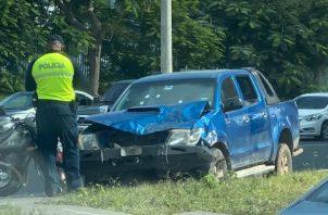 Tres sujetos que se transportaban en el automóvil, tipo pick up, fueron grabados en video mientras se daban a la fuga. Este auto tenía cuatro impactos de bala.