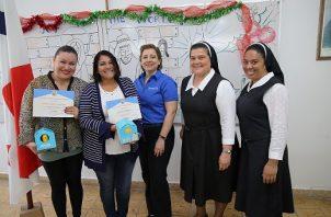 Durante la distinción a las profesoras Yamileth Diaz y Argilia Valderrama. Foto: Cortesía