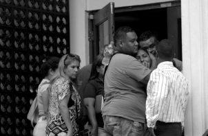 Familiares de las víctimas del tiroteo en el penal La Joyita, acudieron a la Morque Judicial, este miércoles, para reconocer a sus parientes. Foto: EFE.