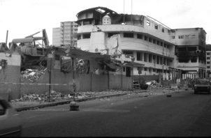 Vista del cuartel central de las Fuerzas de Defensa en Avenida A, El Chorrillo, luego del ataque del ejército norteamericano el 20 de diciembre de 1989. Foto: Archivo. Epasa.