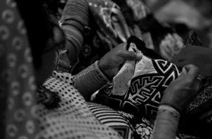 """Una mujer de la etnia guna confecciona una mola. Las """"Molas"""" son excelentes resultados de este crisol de cultura sublime y muy superior al talento español de la época. Foto: EFE."""
