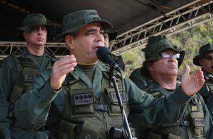 """El ministro de Defensa de Venezuela, Vladimir Padrino, señaló que los detenidos """"están aportando información"""" y que la Fuerza Armada Nacional Bolivariana (FANB) y otros organismos de seguridad """"están activados en persecución del resto de los terroristas""""."""