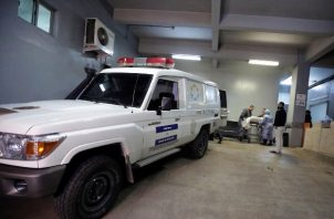 Técnicos de medicina forense de la morgue de Tegucigalpa trasladan el cuerpo de uno de los 18 reclusos muertos en un enfrentamiento entre bandas rivales registrado este domingo en una cárcel cercana a Tegucigalpa (Honduras), en el municipio de El Porvenir, departamento central de Francisco Morazán. FOTO/EFE