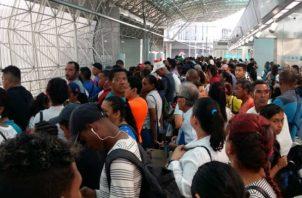 Viajeros afectados por la interrupción del servicio.