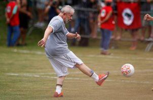 El expresidente de Brasil hace un gol al cobrar un penal durante un juego de fútbol.  EFE