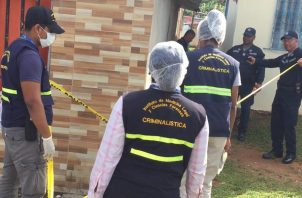 Personal del Ministerio Público inició las investigaciones de este hecho de sangre en la provincia de Colón. Foto Diómedes Sánchez