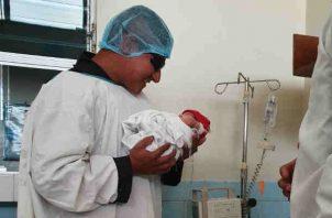 Camila tendrá un hogar y estudios seguros. Foto/PNC El Salvador