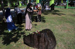 Los sobrevivientes del tsunami rezan por sus familiares en la tumba de Siron en Banda Aceh, Indonesia. FOTO/AP