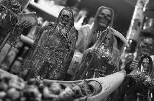 ¿Dejaría que la brujería, hechicería, culto a los muertos, a las estrellas, horóscopos, uso de amuletos, rijan su vida? ¿Sacrificaría la razón y la ciencia, el trabajo honrado, por invocar y someterse a esas fuerzas misteriosas? Foto: EFE.
