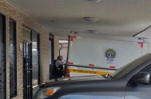 Al lugar llegaron los funcionarios quienes realizaron la diligencia de levantamiento del cadáver y ordenaron su traslado a la morgue judicial para la práctica de la necropsia. Foto/José Vásquez