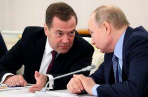 El presidente Vladimir Putin, comandante en jefe de las Fuerzas Armadas, fue informado por el ministro de Defensa, Serguéi Shoigú, sobre el despliegue de dicho armamento cerca de los Urales, línea de separación entre Europa y Asia. FOTO/AP