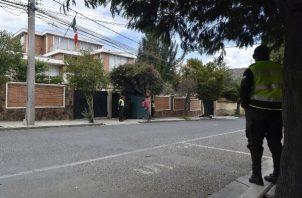 Vigilancia en la embajada de México en Bolivia. FOTO/EFE