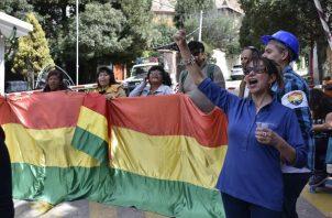 Un grupo de personas favorables al nuevo gobierno de Bolivia protesta este lunes, en la entrada al barrio donde se encuentra la embajada de México, en La Paz  FOTO/EFE