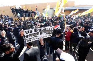 Miembros del grupo armando chíita Fuerzas de Movilización Popular durante los ataques a la embajada estadounidense en Bagdad, Irak. FOTO/EFE