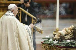"""El papa Francisco oficia las primeras vísperas en la basílica de San Pedro, en la que se reflexiona sobre el año transcurrido y se da las gracias entonando el himno del """"Te Deum"""" en el Vaticano. FOTO/EFE"""