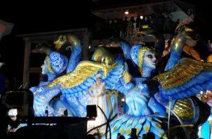 En Las Tablas, las reinas realizaron su recorrido tradicional a la media noche. Foto/ Thays Domínguez