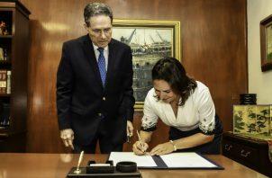Ilya de Marotta es la primera mujer que ocupa el cargo de subadministradora del Canal de Panamá. Foto/Cortesía
