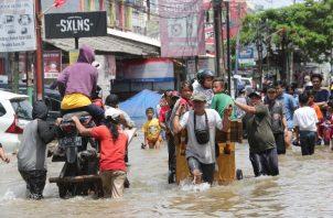 Más de 31,000 personas se encontraban en albergues temporales debido a las inundaciones que alcanzaron hasta 2.5 metros (8 pies) de altura en algunos lugares. FOTO/AP