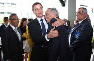 El expresidente Francisco Rodríguez es saludado efusivamente por el nuevo contralor Gerardo Solís.