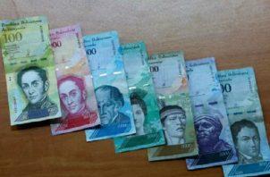 Tras la última devaluación del bolívar, el salario mínimo en Venezuela representa apenas 2.75 dólares. Foto: Efe.