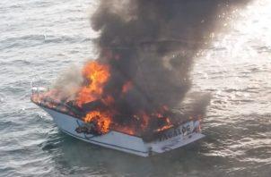 Se desconoce qué pudo provocar el incendio del yate de placer, en el que iban a bordo 14 personas. Foto cortesía Senan